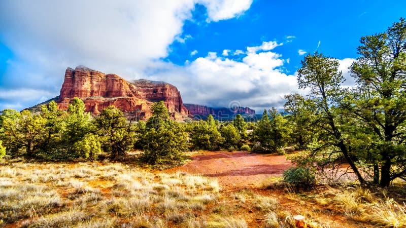 Wolken und blauer Himmel über Gericht Butte zwischen dem Dorf von Oak Creek und der Stadt von Sedona in Nord-Arizona lizenzfreies stockfoto