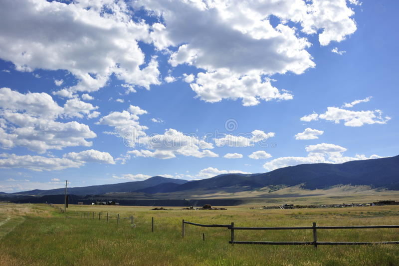 Wolken und blauer Himmel stockfotografie