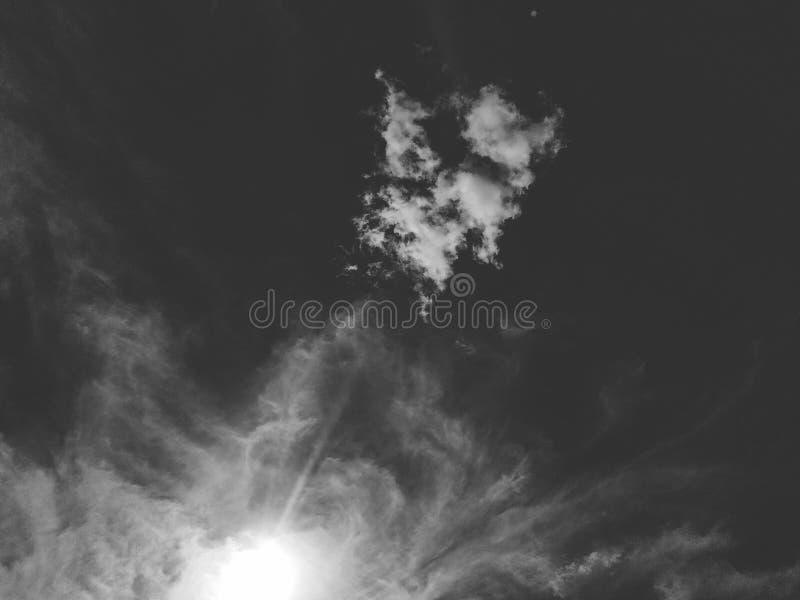 Wolken und düsterer Himmel in Schwarzweiss Himmel, abstrakt lizenzfreie stockfotografie