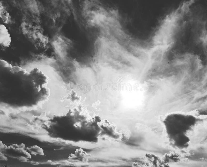 Wolken und düsterer Himmel in Schwarzweiss Himmel, abstrakt lizenzfreies stockbild