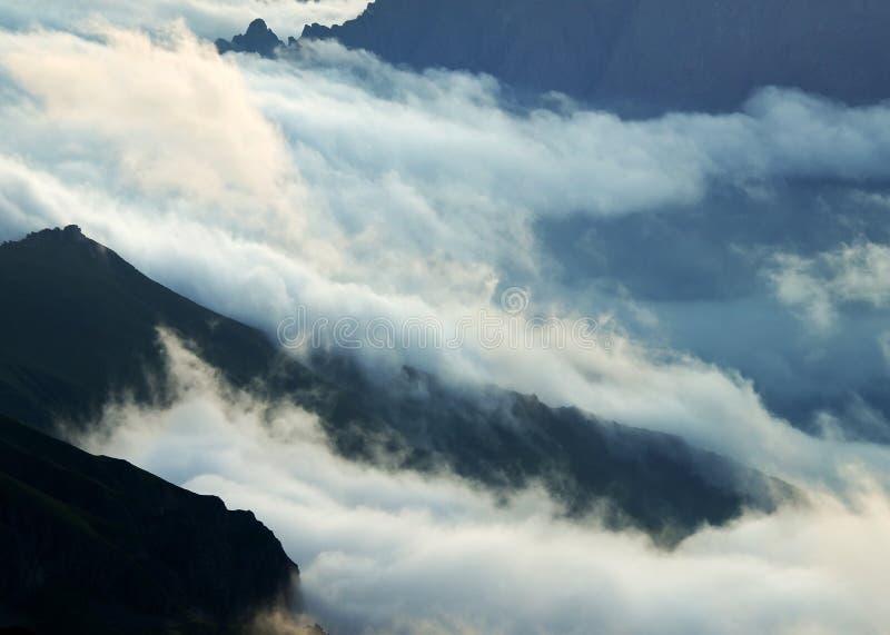 Wolken und Hügel lizenzfreie stockfotografie