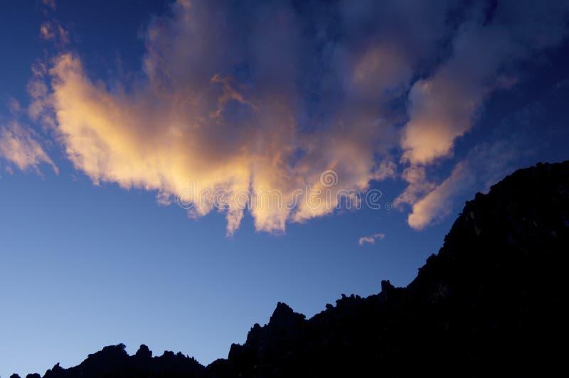 Wolken und Hügel bei Sonnenuntergang lizenzfreies stockfoto