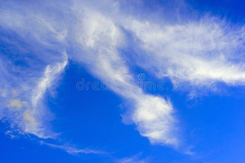 Wolken- und Himmelblau stockfotos