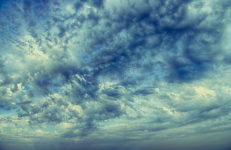 Wolken und Hintergrund des blauen Himmels lizenzfreie stockfotos