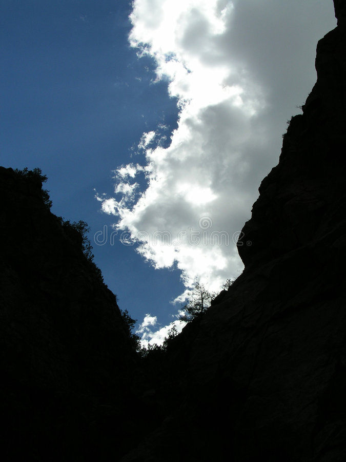 Wolken und Klippen stockbild