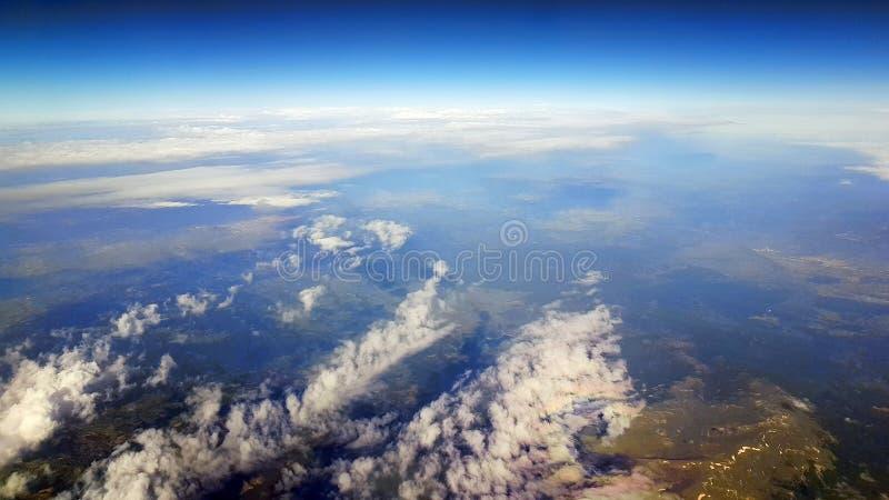 Wolken und Land unten stockfoto