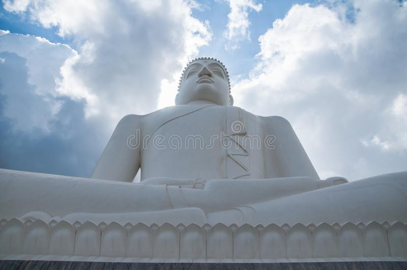 Wolken- und Samadhi-Buddha Statue bei Kurunegala, Sri Lanka stockfotografie