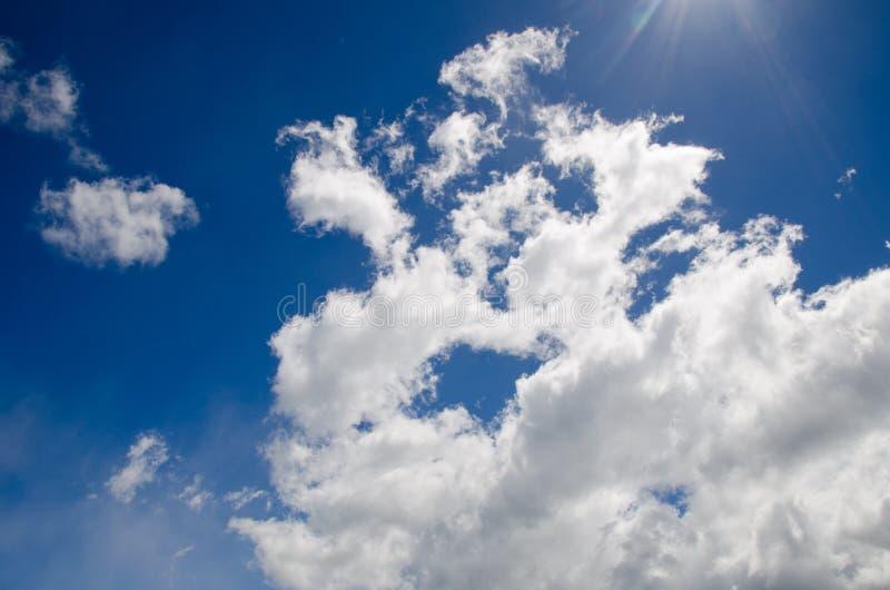 Wolken und Sonnestrahlen stockbild
