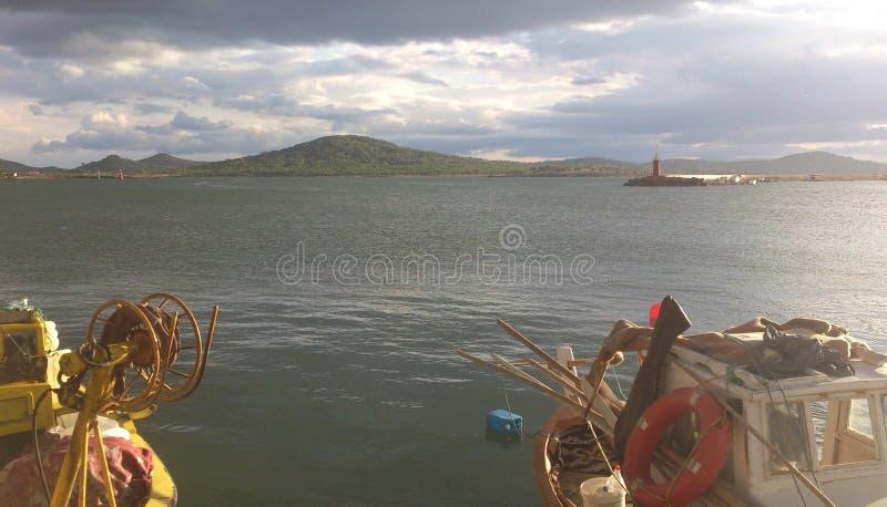 Wolken und Sun mit Booten lizenzfreies stockbild