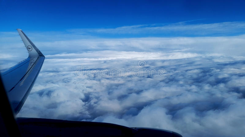 Wolken van een vliegtuig royalty-vrije stock afbeelding