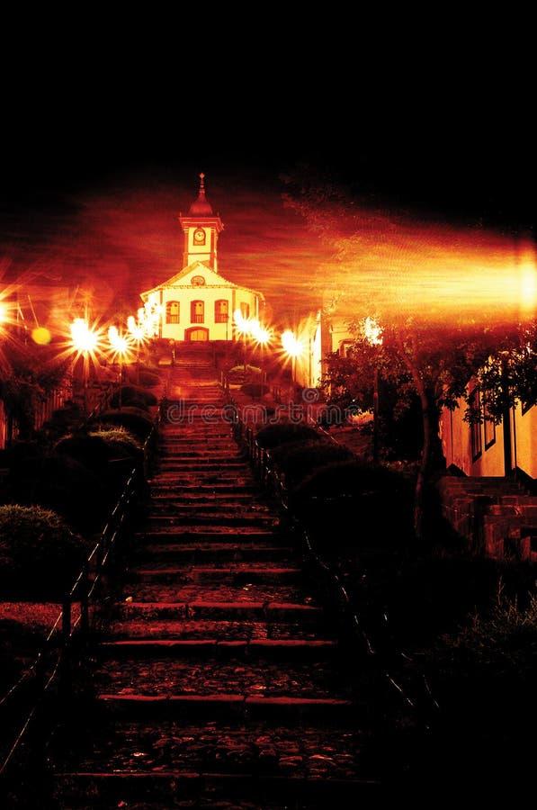 Wolken van nachtelijke koude, in de trap en de historische Kerk van Minas Gerais, Brazilië stock fotografie