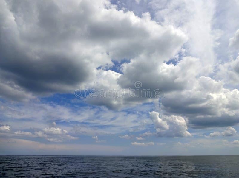 Wolken voor de kust van Oceaanstad Maryland stock foto