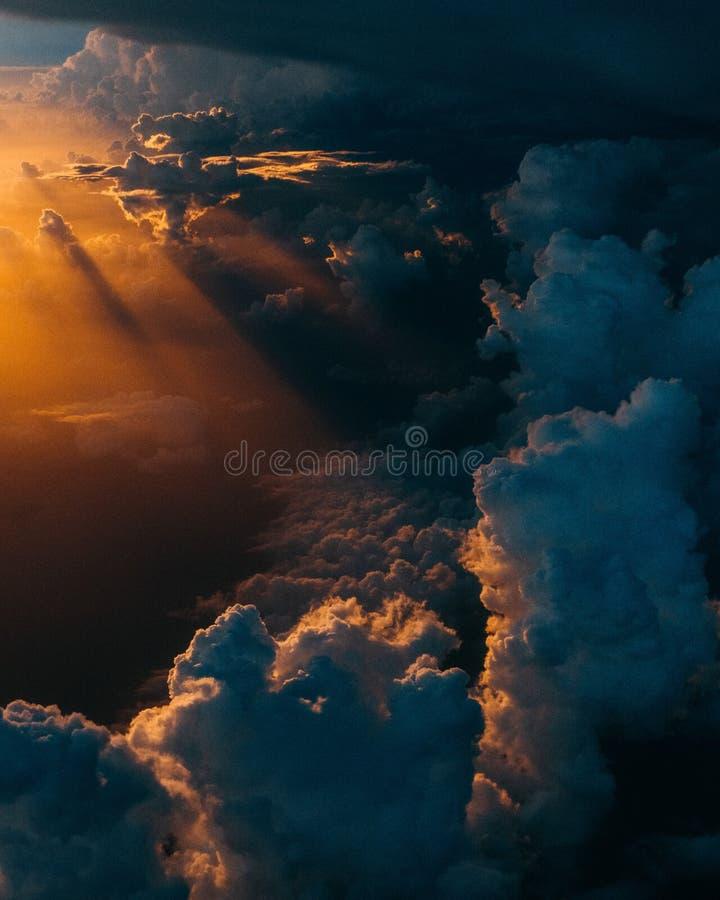 Wolken w?hrend der goldenen Stunde lizenzfreie stockbilder