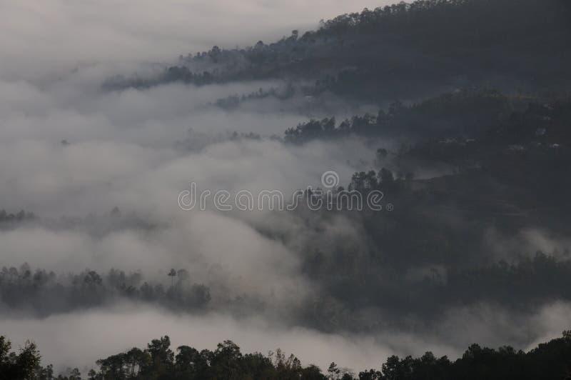Wolken, welche die Berge bei Kausani, Indien klettern stockbilder