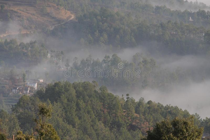Wolken, welche die Berge bei Kausani, Indien klettern stockfotografie