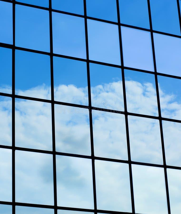 Wolken widergespiegelt im modernen Gebäude stockfotografie
