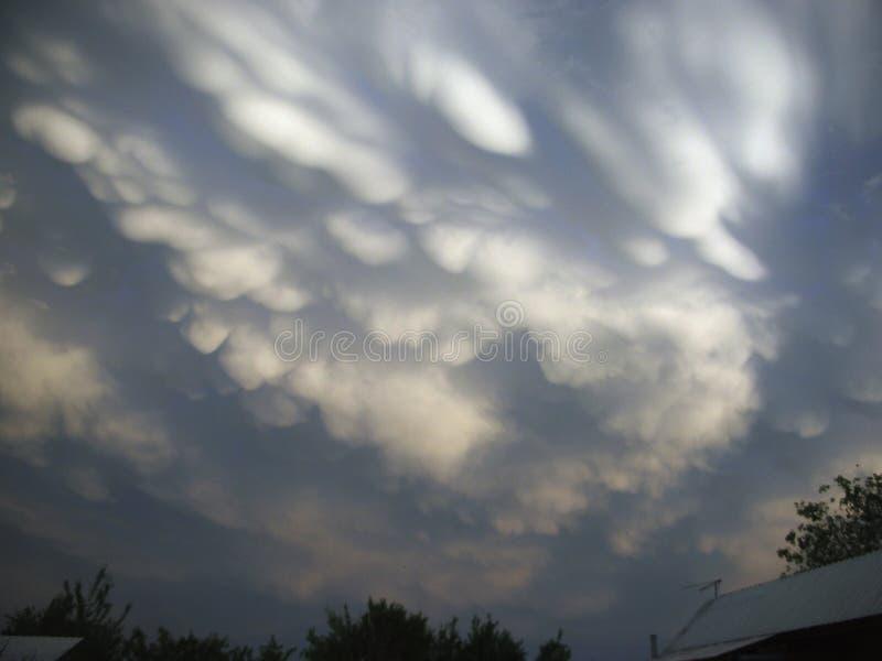 Wolken Wolken in de steppe stock fotografie