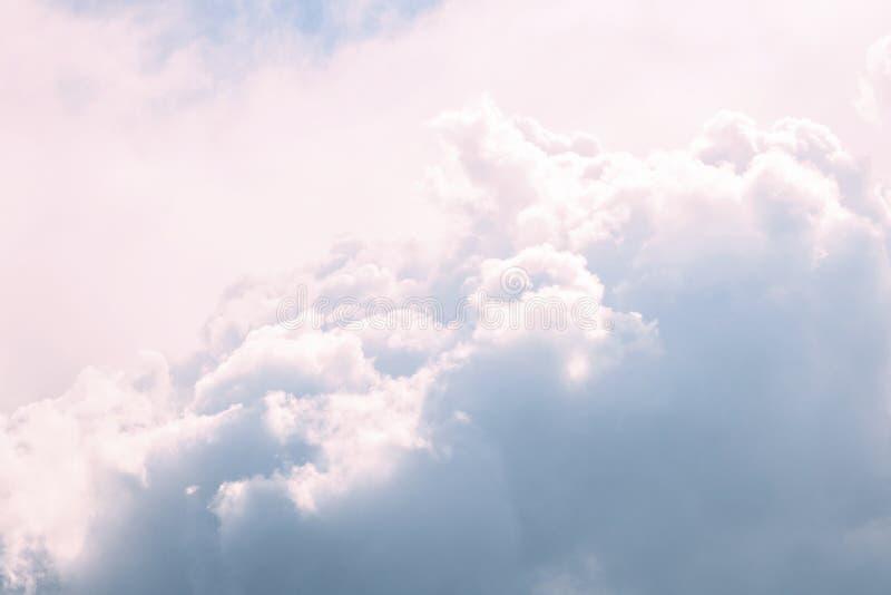 Wolkenaccumulatie op de achtergrond van zonlicht na een onweersbui stock foto's