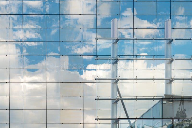 Wolkenbezinning bij de Moderne Bureaubouw stock fotografie