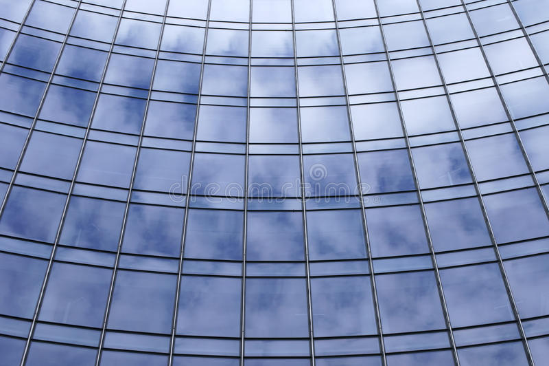 Wolkenbezinningen in het venster royalty-vrije stock afbeeldingen