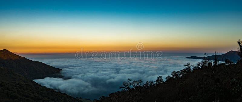 Wolkendekking over de horizon stock foto's