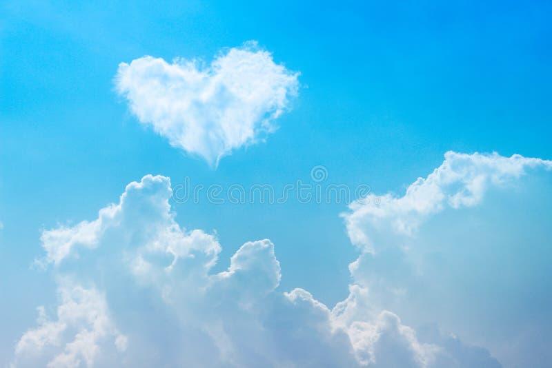 Wolkengroep met witte hart gestalte gegeven patronen op heldere bluesky voor achtergrond stock fotografie