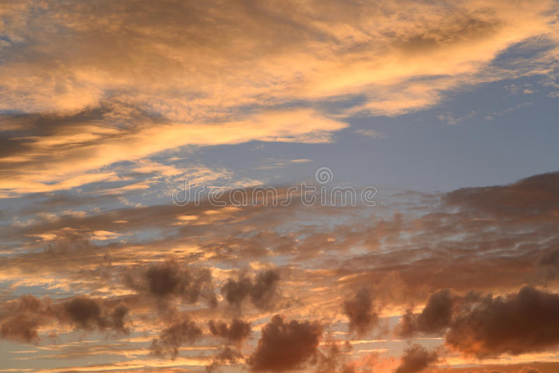 Wolkenhemel bij zonsondergang stock afbeelding