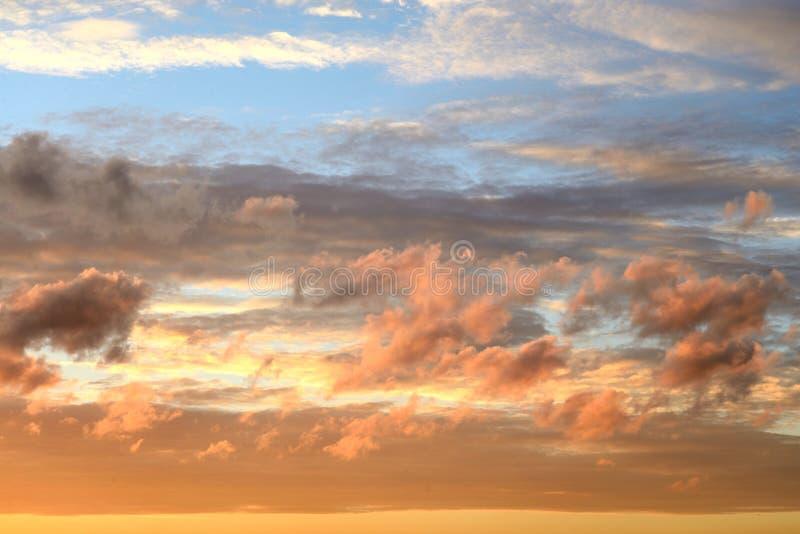 Wolkenhemel bij zonsondergang royalty-vrije stock afbeeldingen