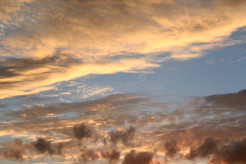 Wolkenhemel bij zonsondergang royalty-vrije stock afbeelding