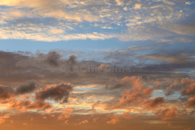 Wolkenhemel bij zonsondergang royalty-vrije stock fotografie