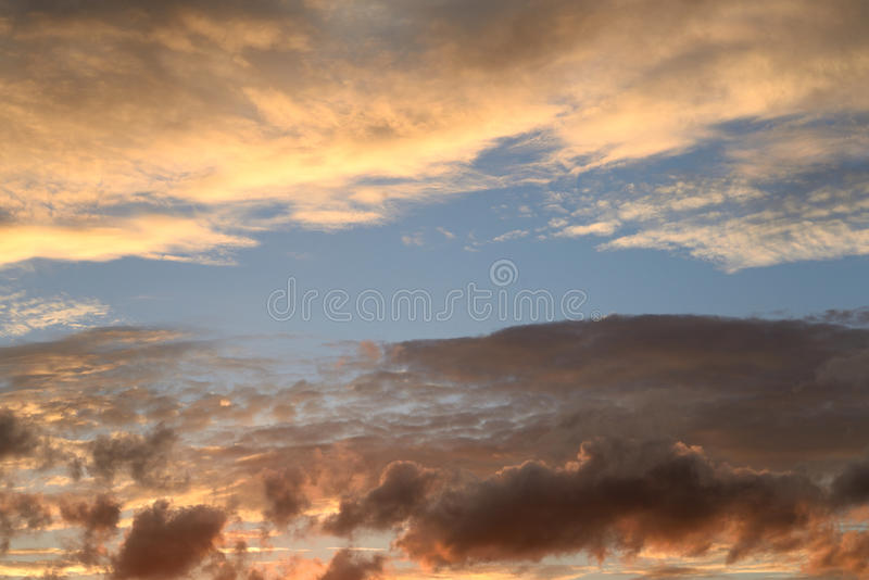 Wolkenhemel bij zonsondergang stock foto