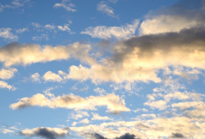 Wolkenhemel bij zonsondergang stock afbeeldingen