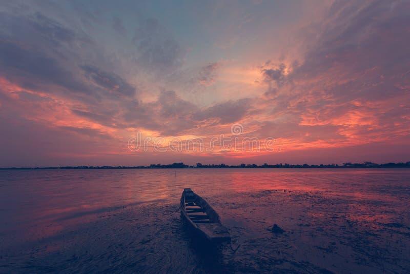 Wolkenhemel en boot bij zonsondergang royalty-vrije stock afbeelding