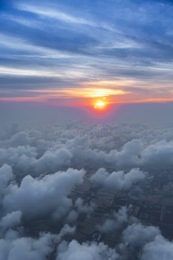 Wolkenhimmel skyscape in der Sonnenuntergangzeit Ansicht vom Fenster eines Flugzeugfliegens in den Wolken, Draufsichtwolken wie d lizenzfreies stockbild