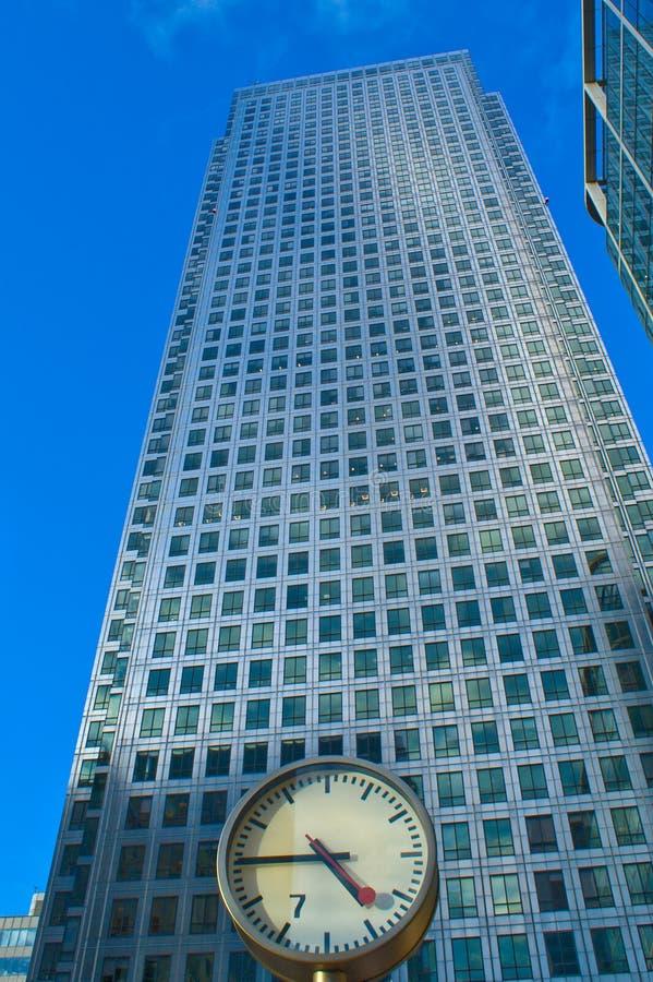 Wolkenkrabber achter een klok   stock afbeelding
