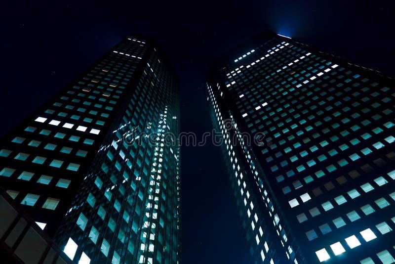 Wolkenkrabber bij Nacht stock foto's