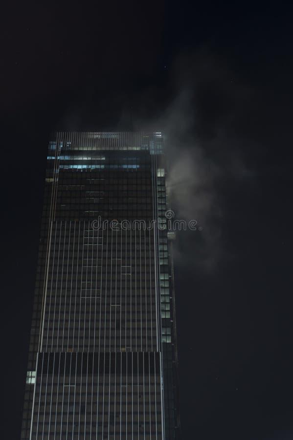 Wolkenkrabber in de mist bij nacht, Moskou royalty-vrije stock fotografie