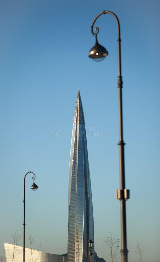 Wolkenkrabber en een lantaarn in de voorgrond stock afbeelding