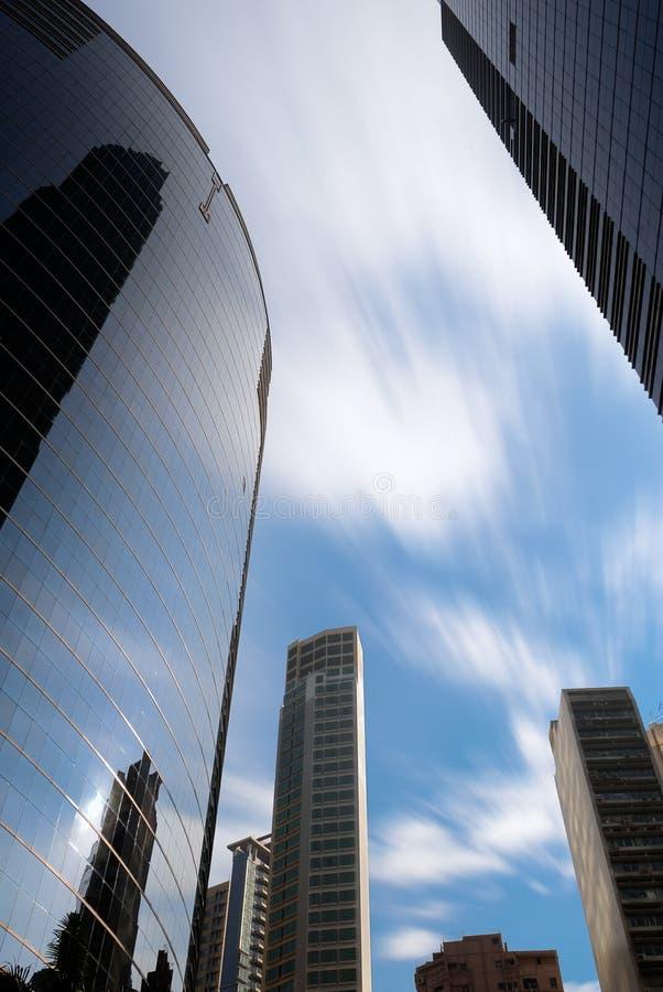 Wolkenkrabber en motie vage wolken stock foto