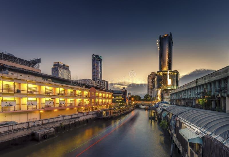 Wolkenkrabber en Pratunam-pijler in Bangkok; watervervoer langs royalty-vrije stock afbeelding