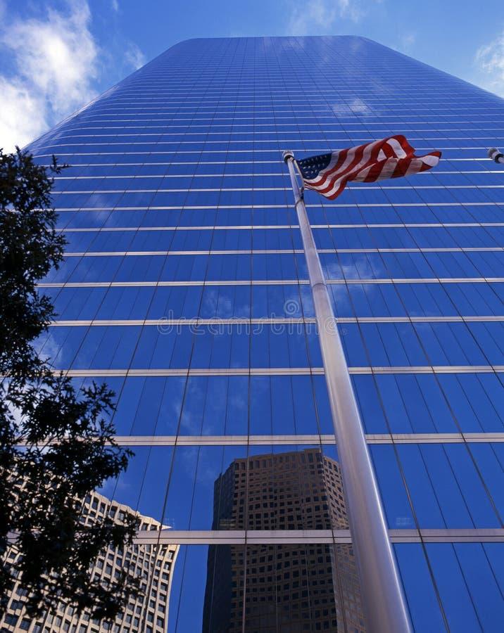 Wolkenkrabber en vlag, Houston, de V.S. stock fotografie