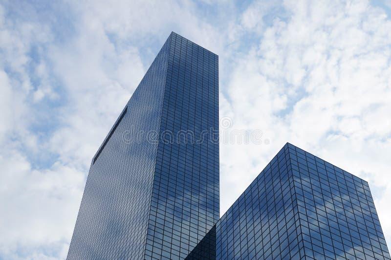 Wolkenkrabber met glasvoorgevel royalty-vrije stock afbeeldingen
