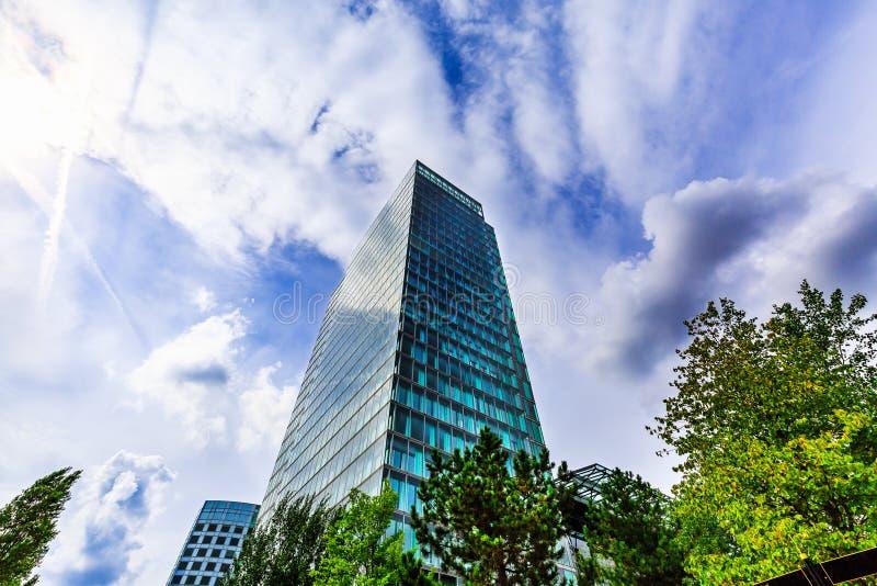 Wolkenkrabber Modern de bureaubouw buitenontwerp, glasvoorgevel Stedelijke mening bij de zomer World Trade Center, Amsterdam, Ned stock afbeelding