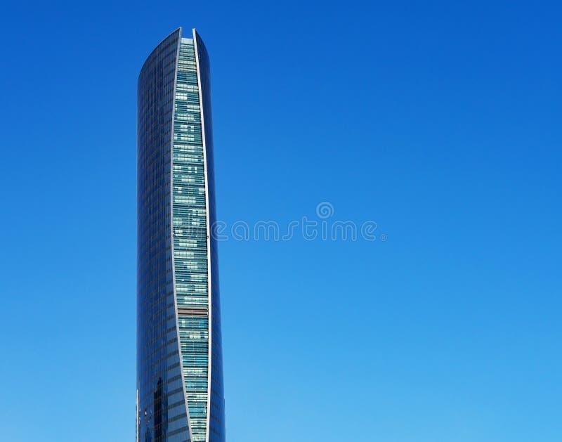 Wolkenkrabber op blauwe achtergrond met exemplaarruimte De Toren van de navigatie in Doha, Qatar stock afbeelding
