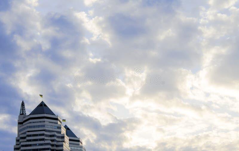 Wolkenkrabber op een achtergrond van wolken en hemel royalty-vrije stock afbeelding