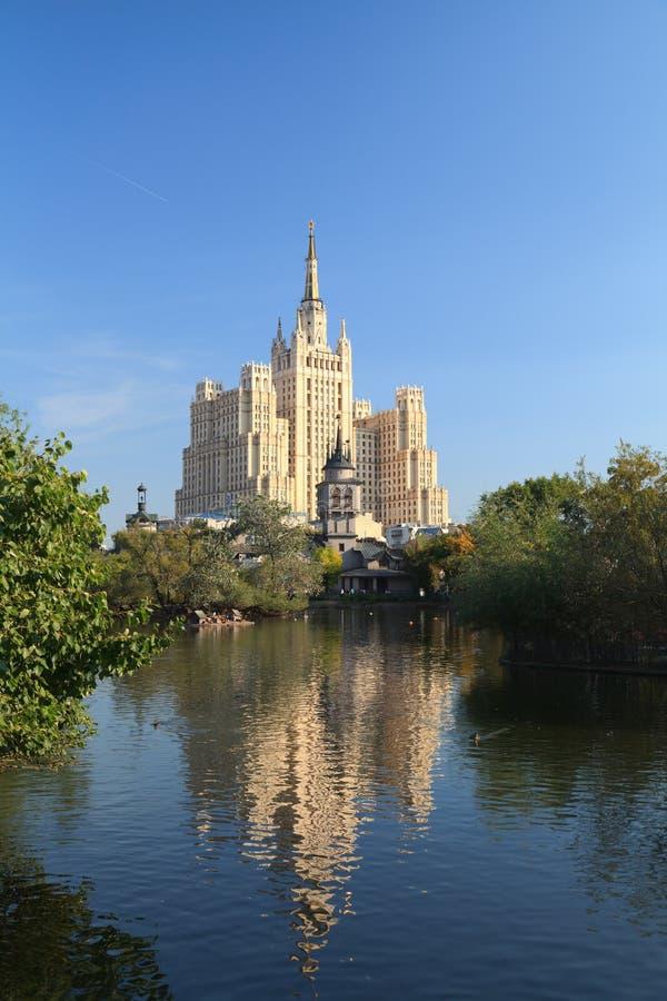 Wolkenkrabber op het Vierkant Kudrinskaya. royalty-vrije stock fotografie