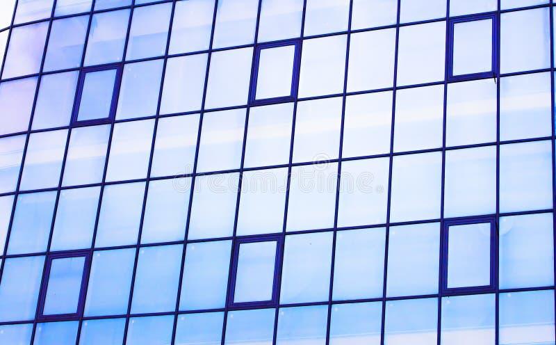 Wolkenkrabber van de de bouwvensters en hemel bezinning in vensters stock fotografie