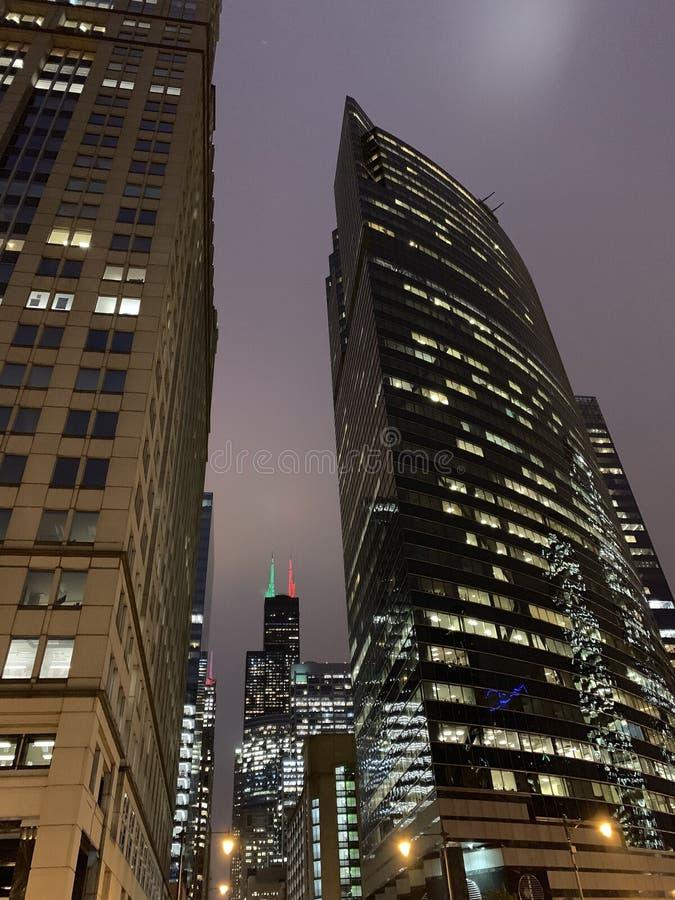 Wolkenkrabbermening van Kerstmis/vakantielichten in downtow worden getoond die stock foto's