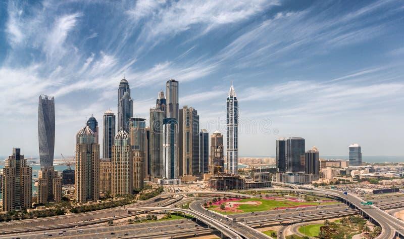 Wolkenkrabbers bij Jumeirah-strand van JLT wordt bekeken die royalty-vrije stock fotografie
