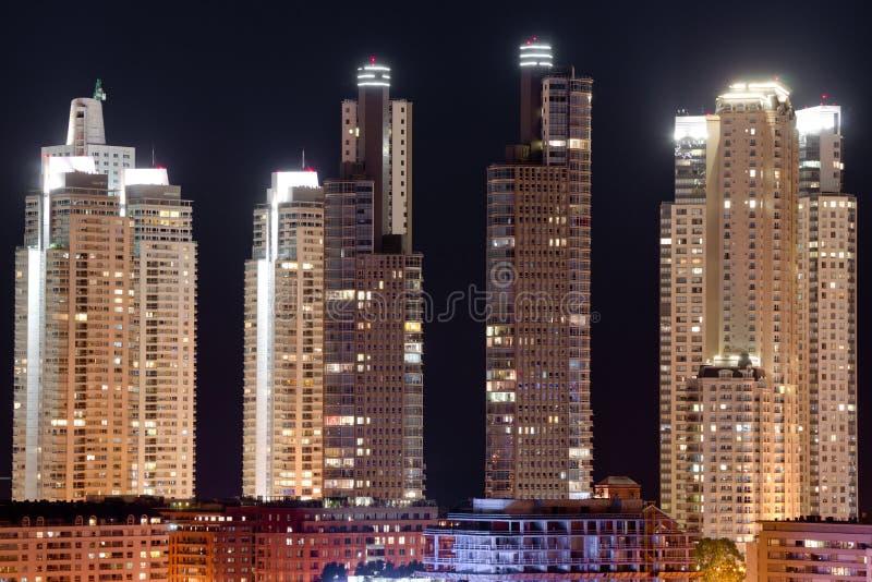 Wolkenkrabbers bij nacht royalty-vrije stock foto's